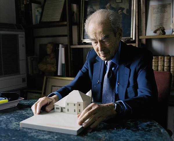 Maxence Rifflet -  Le grand Robert, 2019. Portrait de Robert Badinter tenant entre ses mains la maquette d'un pavillon du centre de détention de Mauzac, Paris, mercredi 13 juin 2018. - © GwinZegal